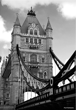 london bridge in black and white